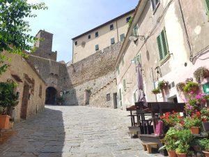 La salita al borgo medievale