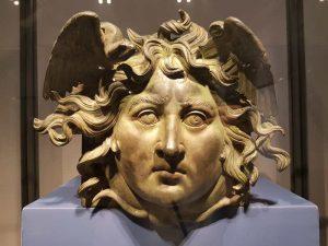 Testa di Medusa in bronzo proveniente dalla prima nave, nel museo di Palazzo Massimo a Roma